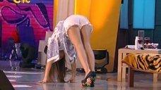 Юлия Михалкова светит попкой на сцене