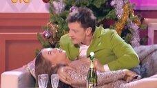 Юлию Михалкову трогают за грудь