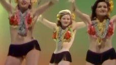 Танец девушек с цветами на груди