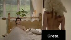 Сцена с блондинкой по имени Грета