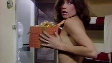 Девушка топлес ловит подарочную коробку