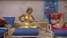 Сцена с горячими дамочками на пляже