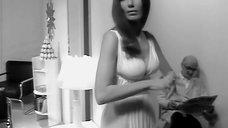 Девушка в соблазнительном платье