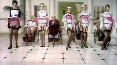 Медсестры танцуют эро танец перед стариками