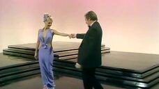 1. Выступление блондинки в откровенном платье – Шоу Бенни Хилла