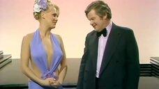2. Выступление блондинки в откровенном платье – Шоу Бенни Хилла