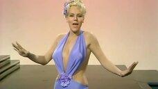 4. Выступление блондинки в откровенном платье – Шоу Бенни Хилла