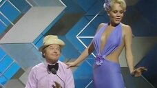 9. Выступление блондинки в откровенном платье – Шоу Бенни Хилла