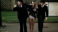 Мужики подняли зонтиками юбку девушке