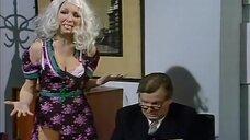 Девушка в разорванном платье