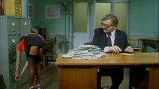 Девушка в юбке наклонилась за документами