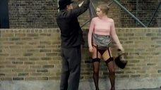 Девушке случайно задрали юбку