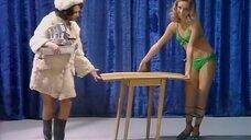 Девушка в купальнике рекламирует кухонный столик