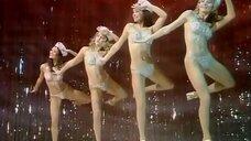 Танец девушек в блестящих купальниках