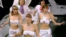 Танец девушек в белых лифчиках
