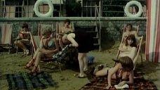 Старик и пляжные девушки