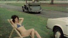 Загорающая девушка и сапоги под машиной