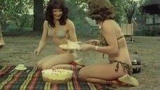 Девушки наложили еду в фрисби