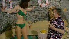 Девушка в зеленом купальнике