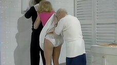 Старик вытирается юбкой дамочки