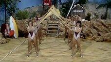 Пляжный танец девушек в монокини