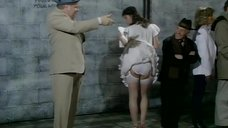Девушке задирают юбку тенью от руки