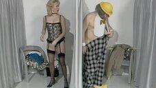 Сцена в примерочной с блондинкой и клоуном