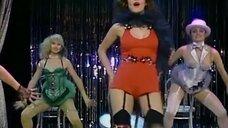 4. Девушки танцуют бурлеск на сцене – Шоу Бенни Хилла