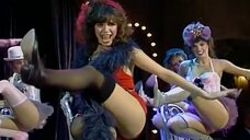 Девушки танцуют бурлеск на сцене