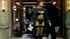 2. Девушка в белье на входе – Шоу Бенни Хилла