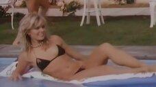 1. В окружении симпатичных девушек в купальниках – Шоу Бенни Хилла