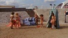 2. Девушки с пляжных раздевалок – Шоу Бенни Хилла