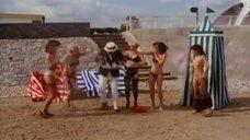 Девушки с пляжных раздевалок