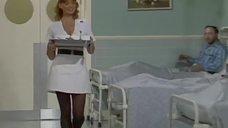 2. Медсестра засветила трусики перед больными – Шоу Бенни Хилла