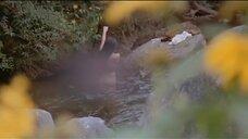 Суззанна моется в реке