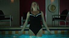 Карен Клише в цельном купальнике