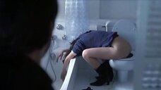 Рут Габриэль спит на унитазе