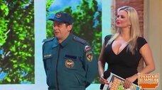 4. Грудастая Анна Семенович на сцене