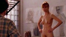 Полностью голая Лора Линни позирует для художника
