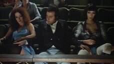 Эро сцена с Сузанной Явиколи и Сарой Сперати в кинотеатре