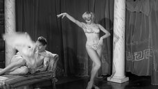 Блондинка танцует стриптиз перед царем