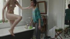 Полностью обнаженная Магдалена Берус в ванной