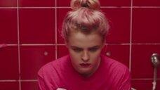 Магдалена Берус писяет в туалете