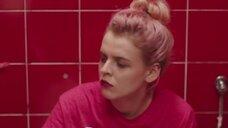 2. Магдалена Берус писяет в туалете – Сатана велел танцевать