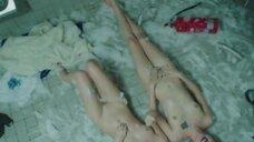 Магдалена Берус и Марта Нерадкевич лежат голые на полу в туалете