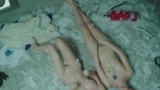 4. Магдалена Берус и Марта Нерадкевич лежат голые на полу в туалете – Сатана велел танцевать