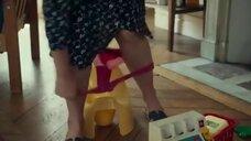 Карин Виар писяет в детский горшок