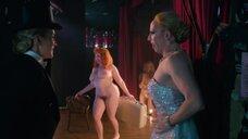 Полностью голая Касия Шарек выступает на сцене