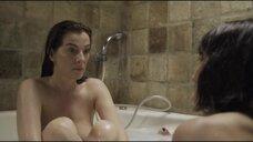 Лихи Корновски и Айелет Зурер в ванне