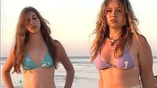 Молодые девушки в купальниках на пляже